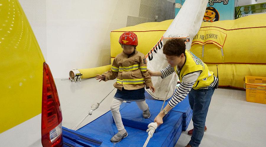 경사구조대 체험하는 어린이 사진 01