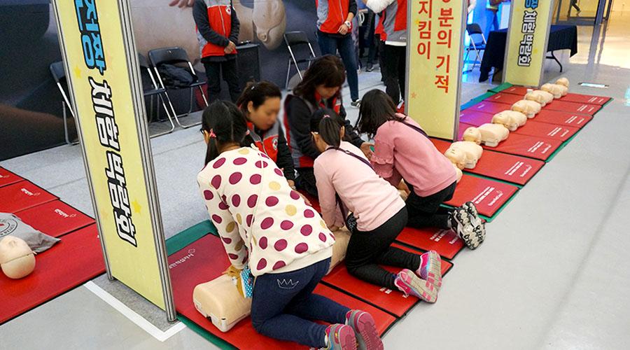 심폐소생술 응급 처치 교육 받고 있는 어린이들 사진 01