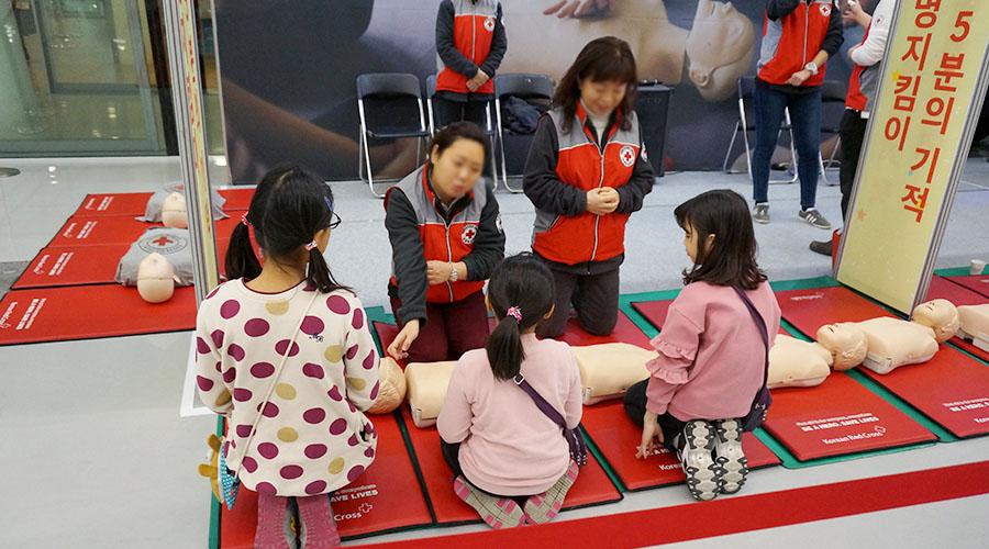 심폐소생술 응급 처치 교육 받고 있는 어린이들 사진 02