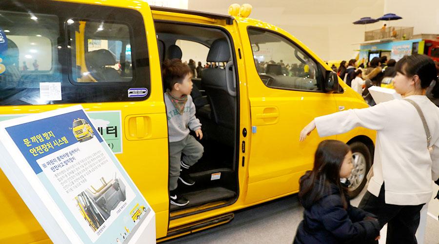 어린이 통학버스 안전 신기술 체험하는 어린이 사진