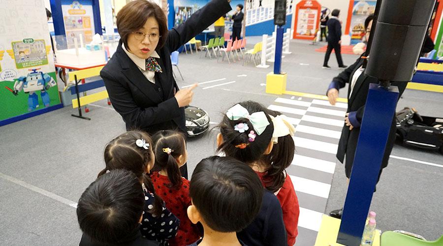 교통안전 교실 체험하는 어린이들 사진