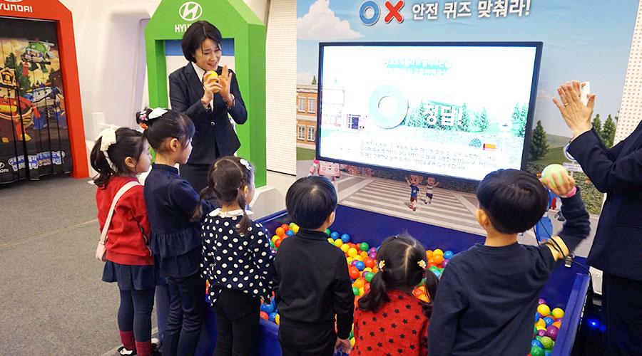 O X 안전 퀴즈 체험하는 어린이들 사진