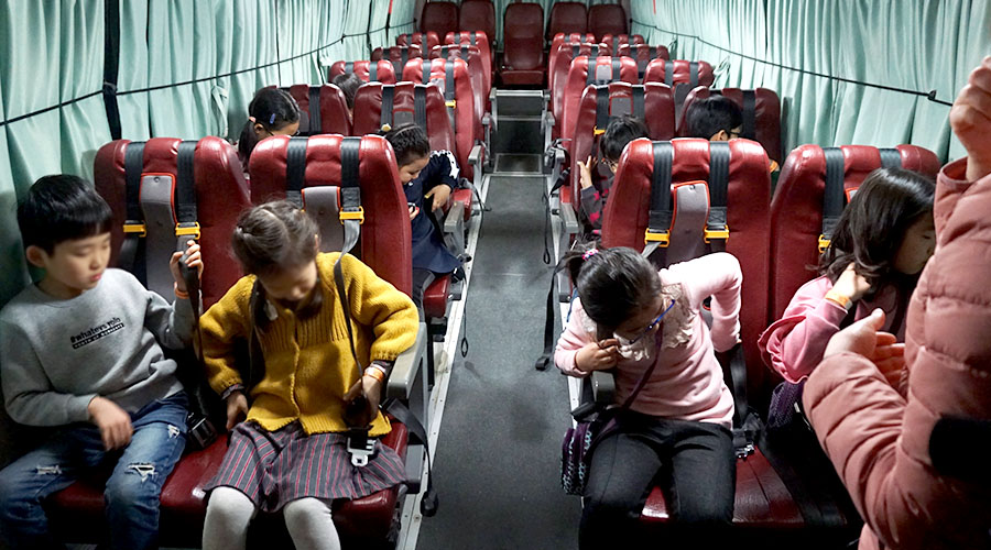 안전벨트의 중요성을 배우는 어린이들 사진