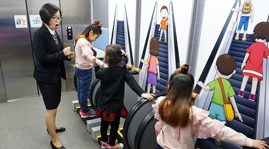 승강기 안전 체험하는 어린이들 사진 01