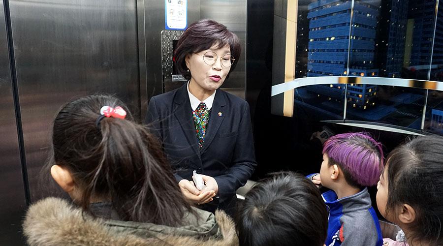 승강기 안전 체험하는 어린이들 사진 02