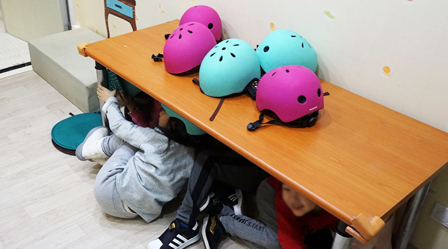 대피 교육을 받고 있는 어린이들 사진