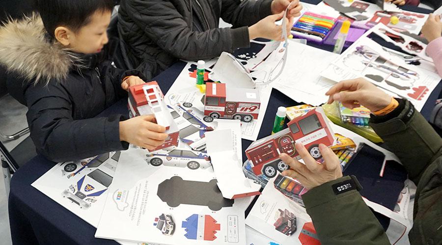 종이접기 하는 어린이들 사진