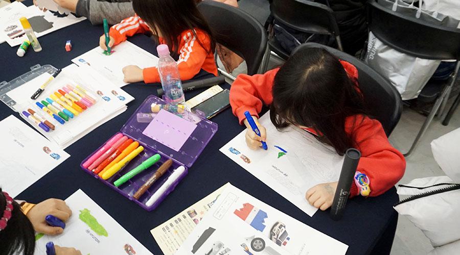 색칠공부 하는 어린이들 사진